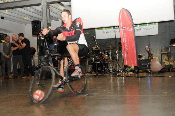 Bei der Jubiläumsfeier des Radfahrervereins Dornbirn stellte Radball-Profi Martin Lingg einen neuen Rekord auf.Juergen Kostelac