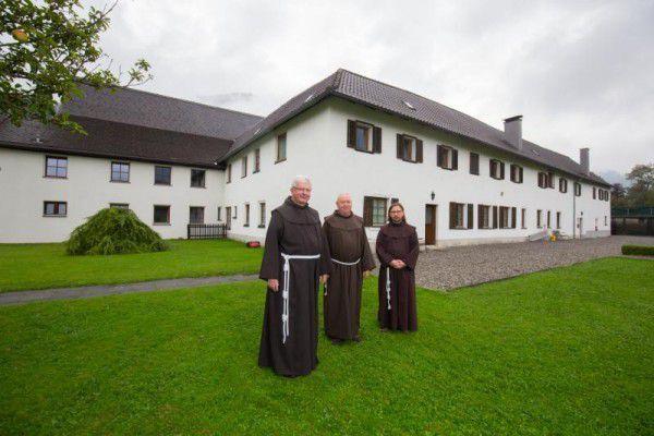 Die Franziskaner haben das Kloster 1991 von den Kapuzinern übernommen.Im Bild links: Pater Adrian, Pater Aleksander und Pater Johannes.