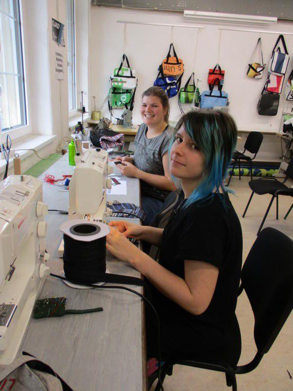 Die Taschen wurden in Zusammenarbeit mit heimischen Künstlern designt und von Jugendlichen gefertigt. OJAD (2)