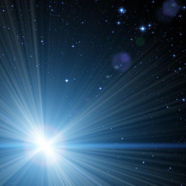 Stern Wega leuchtet in einem bläulich-weißen Licht. Shutterstock