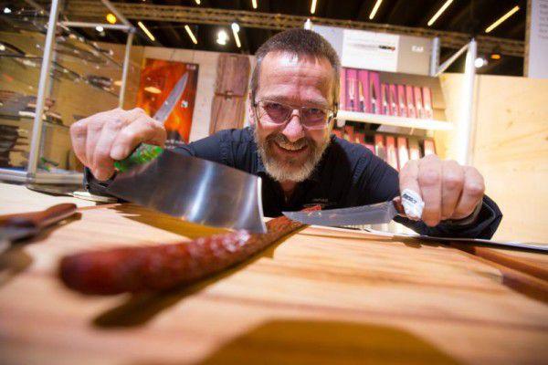 Spitzfindigkeiten: Gerhard Wohlgenannt bietet handgemachte Schneidwerkzeuge feil.Klaus Hartinger (3)