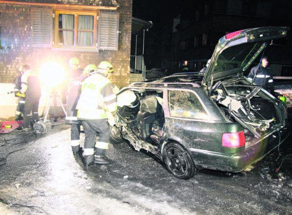 Am Haus entstand erheblicher Sachschaden, das Auto wurde bei dem Unfall zerstört. Ronald Vlach