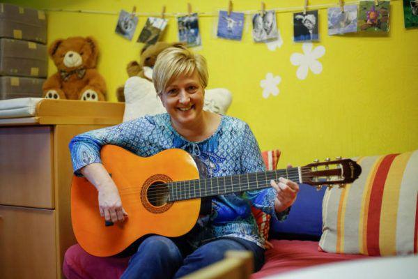Anja-Susann Dietze ist mit Leib und Seele Kindergartenpädagogin. Die Kinder – hier Ela (unten l.) und Sophia – merken das und fühlen sich wohl bei ihr.  Roland Paulitsch (2)