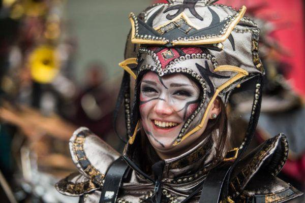 Ausgefallen und farbenfroh waren die Kostüme der Guggamusiker.