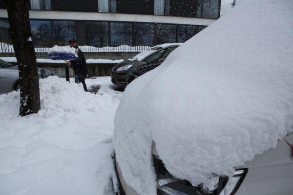 Autos mussten gestern – so wie hier in Dornbirn – vielerorts erst ausgegraben werden. Und machmal dann auch wieder abgeschleppt.klaus Hartinger
