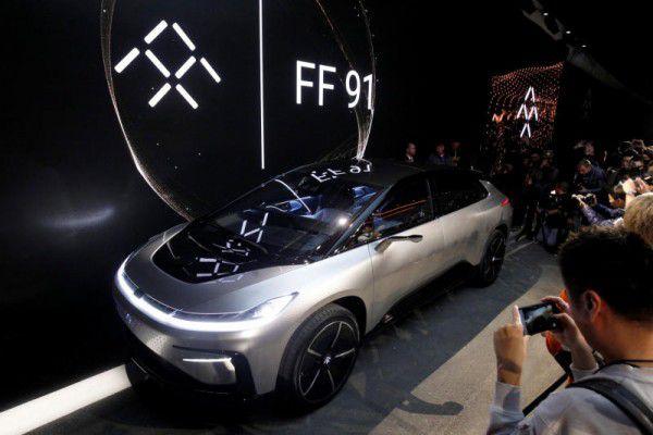 Das Panoramadach des Faraday Future FF91 dimmt auf Knopfdruck, das SUV hat keine Türgriffe und erkennt mit Kameras das Gesicht seines Besitzers, dem es dann auch ohne Schlüssel die Türen öffnet. reuters/marcus