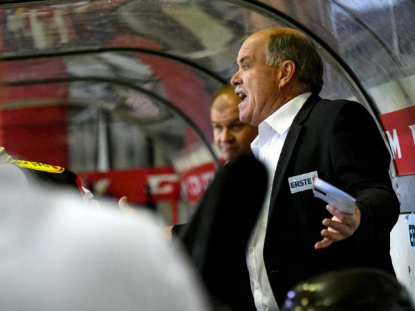 DEC-Coach Dave MacQueen war fassungslos. Im letzten Drittel waren seine Cracks fast von der Bildfläche verschwunden. GEPA(2)