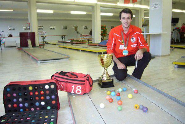 Der 19-jährige Bludenzer Fabian Spies in der Minigolfhalle Hohenems, die im Winter erstklassige Bedingungen auch für Hobbyspieler bietet.Jochen Dedeleit (2)