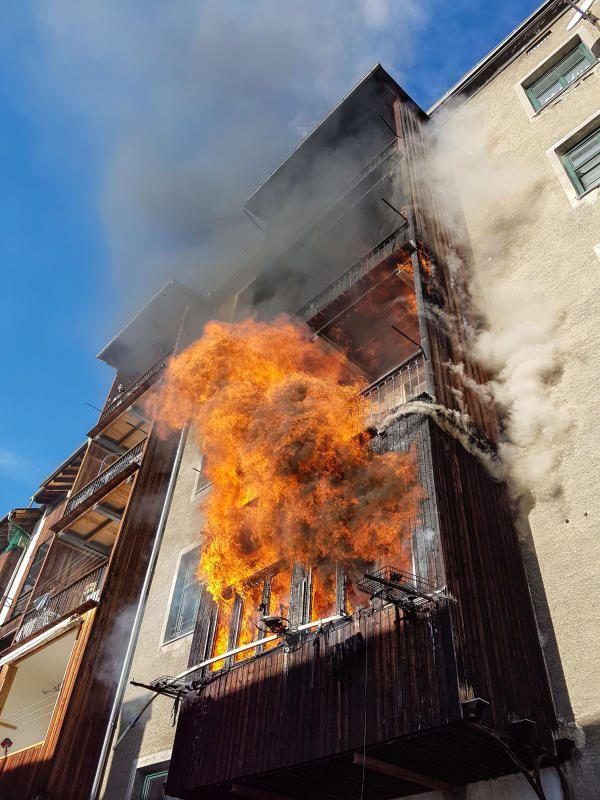 Der Brand eines Wohnhauses im Innsbrucker Stadtteil Pradl hat eine Tote und eine Schwerverletzte gefordert. APA
