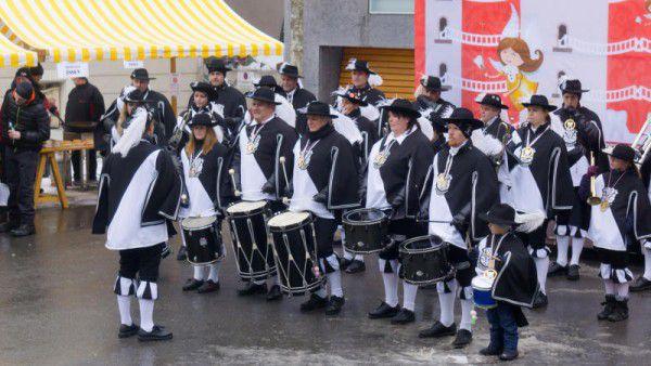 Der Bregenzer Fanfarenzug eröffnete feierlich die Wagensegnung. Auch die Kleinsten sind mit großem Eifer dabei.