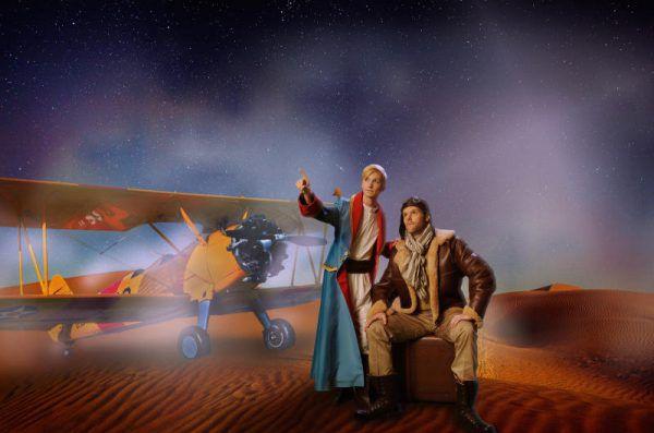 Der kleine Prinz mit Pilot und Flugzeug. Manfred Esser