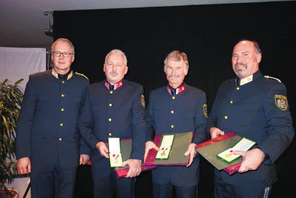 Die ausgezeichneten Exekutivbeamten mit Hans-Peter Ludescher (l.).Sigi Halder (5)