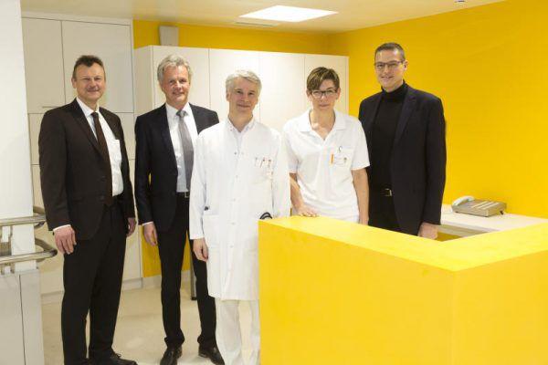 Die beiden Geschäftsführer der KHBG Peter Fraunberger und Gerald Fleisch mit Chefarzt Prim. Prof. Dr. Günther Höfle, der Leiterin der Physiotherapie Nadine Maierhofer und Landesrat Christian Bernhard (v.l.). KHBG