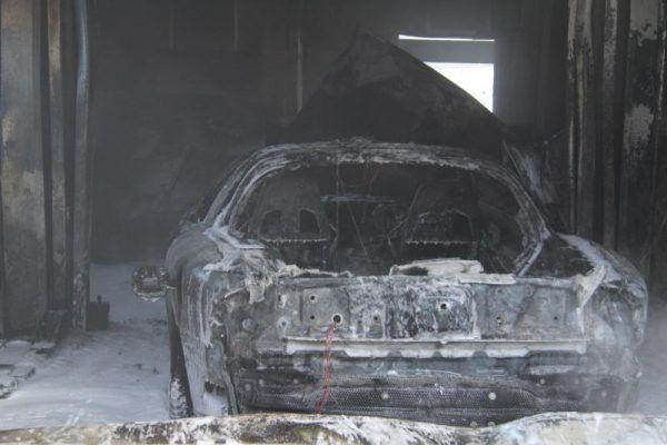 Die Löschversuche misslangen – das Auto brannte vollständig aus.VOL.at/Rauch