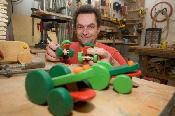 Johannes Gangel ist begeistert vom Naturstoff Holz und baut unterschiedlichste Spielsachen.