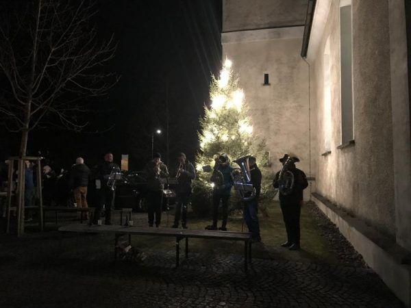 Nach der Weihnachtsmette in Düns. Geben für Leben