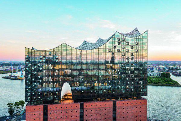 Nach zehnjähriger Bauzeit wird die Elbphilharmonie heute Abend mit einem Konzert des NDR Elbphilharmonie Orchesters eröffnet. Zumtobel