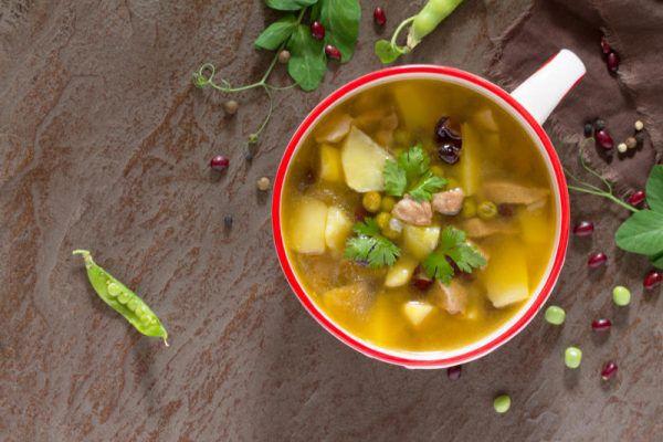Nährstoffe der Hühnersuppe sollen helfen, die Immunabwehr zu stärken. Während in Europa die klassische Variante dominiert, wird die Suppe in Asien mit Chili, Zitronengras und Kokosmilch verfeinert. Shutterstock