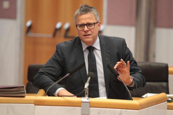ÖVP-Klubobmann Roland Frühstück fand klare Worte. Den grünen Koalitionspartner dürften nicht alle erfreut haben. Archiv