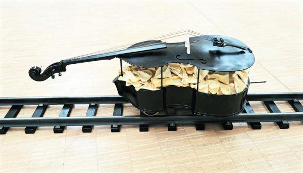 """""""Requiem"""", umgebauter Kontrabass auf Spurkranzrädern, gefüllt mit tierischen Knochen."""
