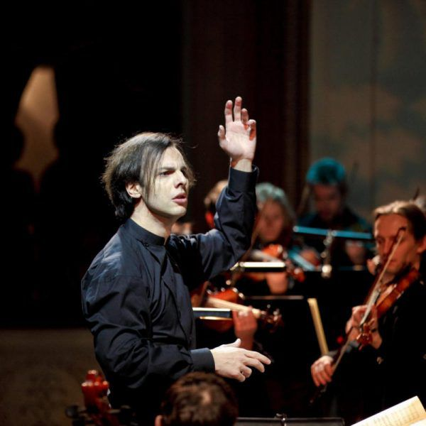 Teodor Currentzis dirigierte die Festspieloper 2010 . Anton Zavjyalov