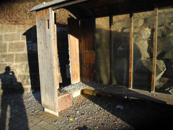 Unbekannte sprengten in Bizau einen Postkasten und zerstörten die Verglasung der Bushaltestelle. polizei