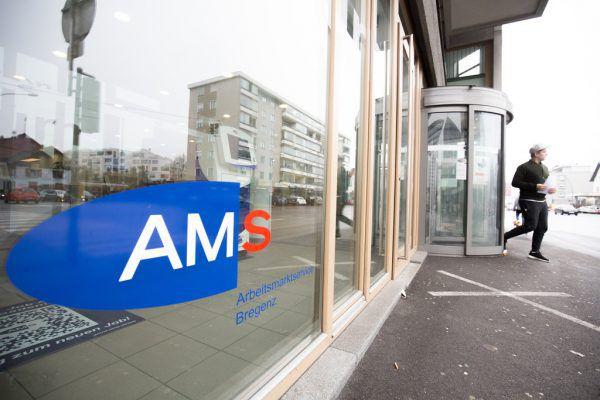 Marco Tittler, Markus Wallner (beide ÖVP) und Bernhard Bereuter (AMS) unterzeichneten vereinbartes millionenschweres Maßnahmenpaket. VLK