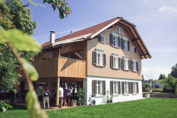 Der alte Schopf wurde zu einem geräumigen Balkon umgebaut (o.). Die Führung durchs renovierte Haus zog viele Gäste an (l.).
