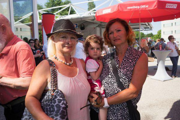 Christa Bischof (links) und Monika Gschließer mit ihrer Enkelin Larina genossen den Vormittag.roth (8)