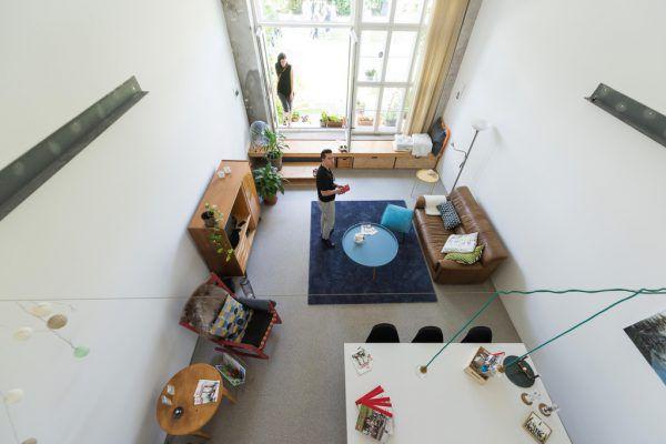 Der Garten hinter der Wohnanlage bietet viel Platz (o.). Ein Blick von der Galerie (r.).stiplovsek (7)
