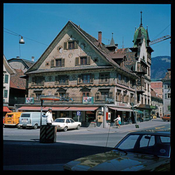 1975 war Autoverkehr auf dem Dornbirner Marktplatz noch die Regel.Voralrberger landesarchiv-Sammlung Helmut Klapper (1) /Stiplovsek (1)