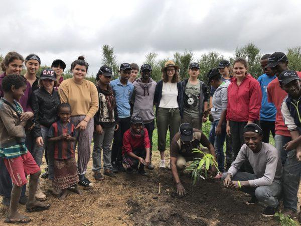 Auf ihrer Auslandsreise haben die Jugendbotschafter Mangobäume gepflanzt und verschiedene Hygiene-Workshops geleitet.Caritas