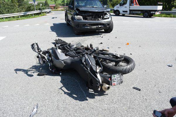 Der 56-jährige Motorradfahrer wurde in die Klinik geflogen.Kapo