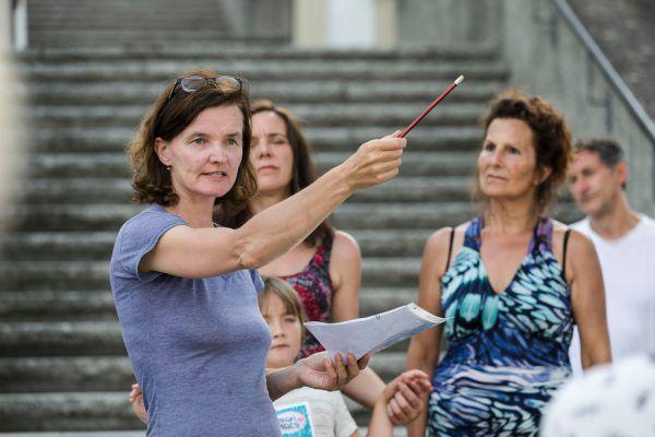 Die Darsteller bei der Probe. Kleines Bild: Die Regisseurin gibt Anweisungen.  Kath. Kirche Vorarlberg/Mathis