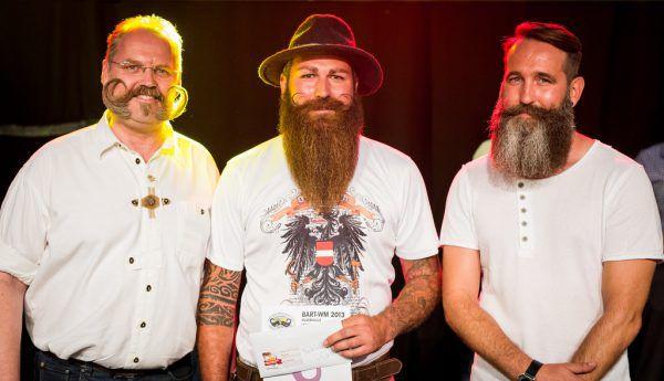 Die drei bestplatzierten Teilnehmer der schwäbischen Bartmeisterschaft. Mitte: Sieger Marc Bereiter aus Gaißau.Christoph Schmidt/dpa