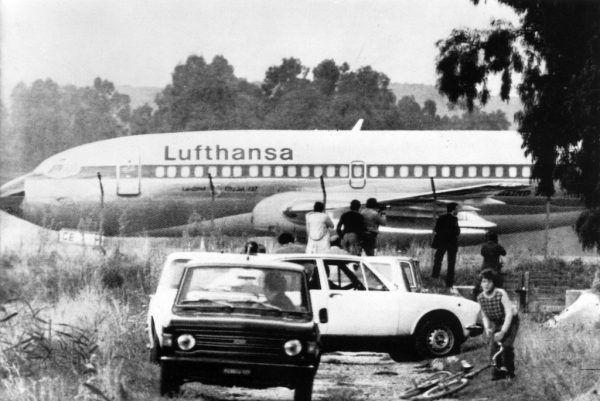 Die Rückkehr der Geiseln nach Deutschland (oben). Die entführte Landshut auf einem ihrer Zwischenstopps zur Betankung in Rom (rechts).Heinz Wieseler (1), dpa/apa Lufthansa