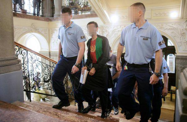 Ein Angeklagter wird vor Gericht geführt. APA/Hochmuth
