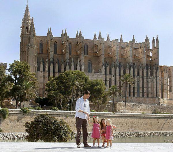 Erst nach einem Zimmerwechsel konnte der Vorarlberger Mallorca-Urlauber die Kathedrale von Palma sehen.EPA/BALLESTEROS
