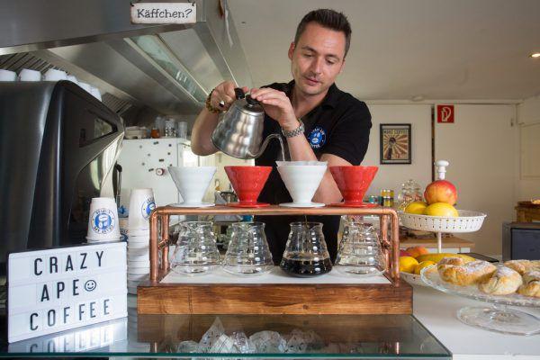 Im Crazy Ape Coffeehouse in Bregenz wird Kaffee richtiggehend zelebriert. Inhaber Philipp Wölfel (links) und Küchenchefin Alina Stich kümmern sich um das Wohl der Gäste.Klaus Hartinger