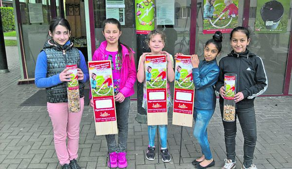 Kinder aus der Wohnsiedlung Flözerweg setzen sich gegen achtlos weggeworfene Zigarettenstummel ein. marktgemeinde Rankweil