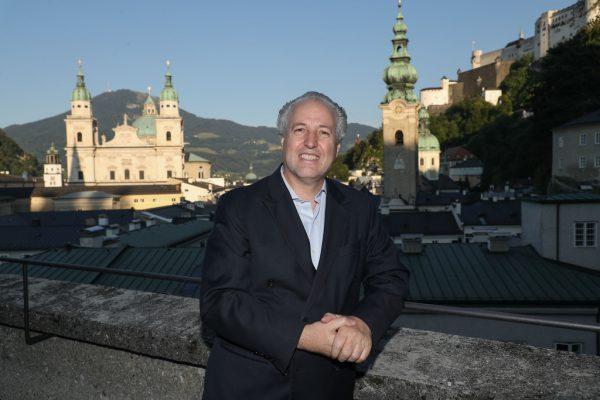 Manfred Honeck im Vorjahr auf der Terrasse des Salzburger Festspielhauses.apa