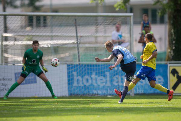 Matthias Koch erzielte den Führungstreffer der Harder gegen VfB-Torhüter Daniel Erlacher.Sams