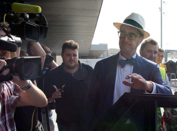 Neymars Anwalt Juan de Dios Crespo, hier mit Hut, hat gestern die Ausstiegsklausel von Neymar aktiviert. AFP