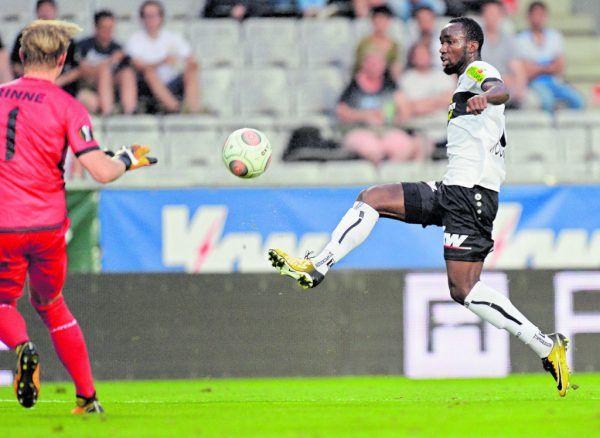 Ngamaleu überlupfte beim 1:0 Gents Torhüter Rinne gekonnt. GEPA/Lerch