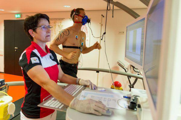 Olivier Magnan verkabelt und mit Sauerstoffmaske beim Leistungstest, Jamie Arniel mit Gewichten beim Krafttraining. Stipolvosek (5)