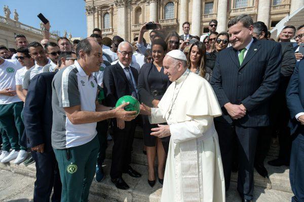 Papst Franziskus empfing am Mittwoch Spieler und Funktionäre aus Chapecoense. AFP