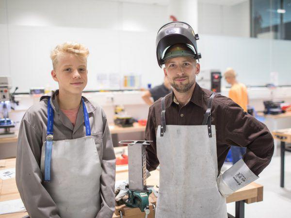 Simeon Vöhringer und Stefan Seeger (v.l.)präsentieren einen Smoker in Arbeit.