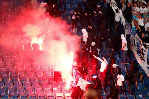 """So genannte """"Fußballfans"""" außer Rand und Band. Reuters"""
