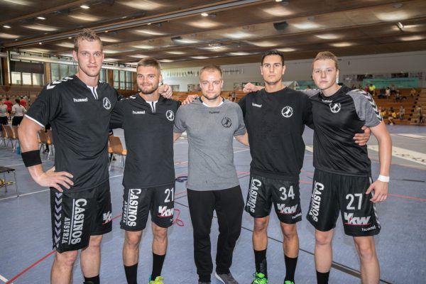 Trainer Jörg Lützelberger (Mitte) mit den Neuzugängen Povilas Babarskas, Roman Chychykalo, Luka Kikanovic und Dian Ramic (v.l.).Frederick Sams