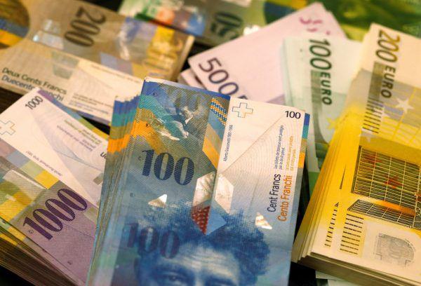 Weniger Privatbanken verwalten mehr Vermögen. Reuters